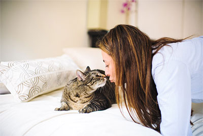 Mónica and her cat